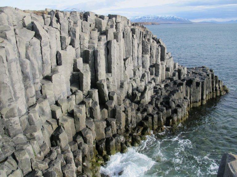 Stuðlaberg við Hofsós. Mynd af fræðsluvef natturaskagafjardar